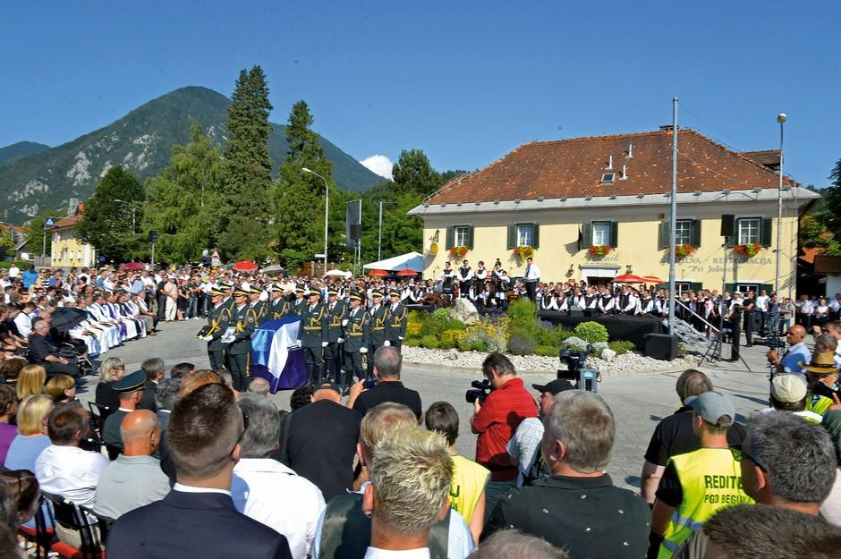 Pogrebna slovesnost je  potekala v torek, na vroč  sončen dan, ko je na  termometru kazalo 35 stopinj. (foto: Primož Predalič)