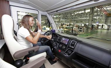 Tina Maze in Jakov Fak dobila na uporabo avtodome Adrie Mobil!