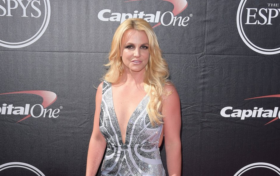 Britney Spears v objemu fanta: Očitno ji gre na bolje! (foto: Profimedia)