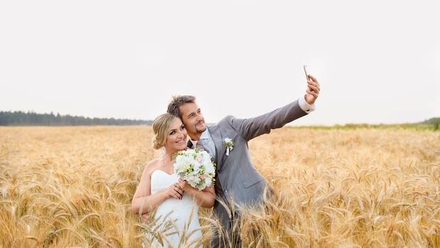 Mož in žena, pravkar  poročena. Trenutek sreče  sta ujela tudi s selfiejem.  (foto: F-Capture photography)