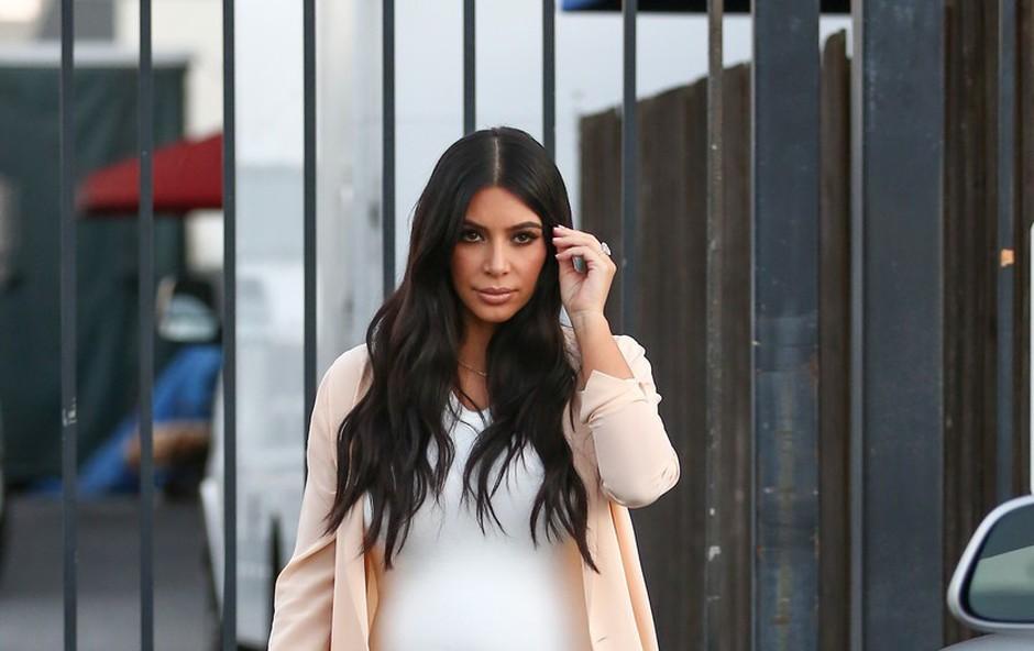 Kim Kardashian se že lepo pozna nosečniški trebušček (foto: Profimedia)