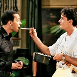 Alana Harperja je v humoristični seriji Dva moža in pol najprej upodabljal v družbi Charlieja Sheena, ki ga je - ko je zapustil igralsko zasedbo serije - v besu označil za 'palčka' in 'izdajalca' ter ga obtožil, da mu ni bil v oporo … (foto: Profimedia)