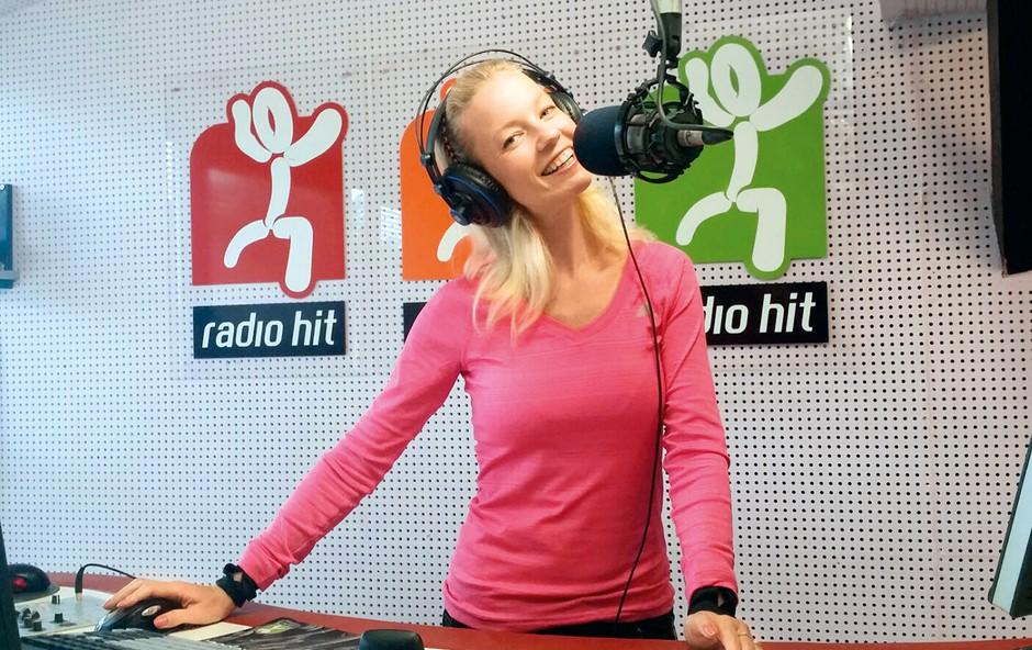 Nekoč je pred mikrofonom stala kot pevka, zdaj pa na Radiu Hit opravlja funkcijo moderatorke in didžejke, za kar pravi, da je njena sanjska služba. (foto: osebni arhiv)