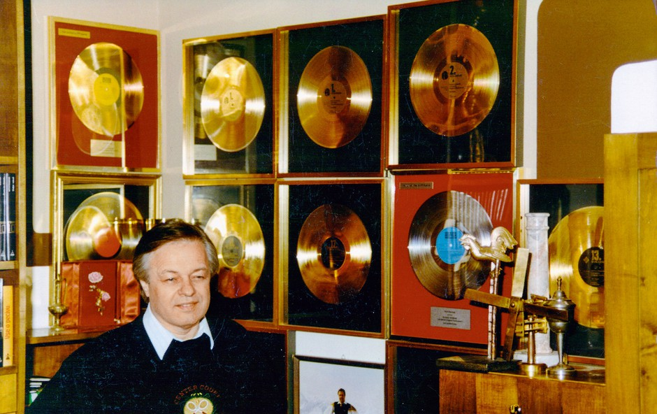 Številne zlate plošče govorijo o nepozabnem uspehu. (foto: osebni arhiv)