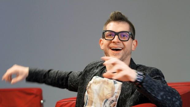 Klemnov  prepoznavni znak  so očala z debelimi  črnimi okvirji. (foto: Goran Antley)