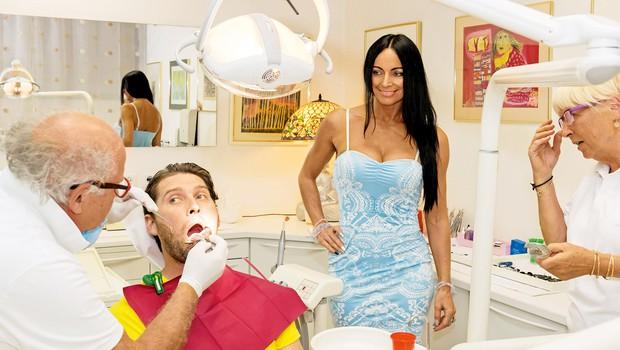 Finančna stiska mu ne prizanaša, zato si  nikoli ni mogel popraviti oziroma nadomestiti  petih manjkajočih zob – zdaj bo to spremenil! (foto: Branko Teršek)
