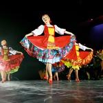 V številnem ansamblu je le 23 žensk, plesalk. (foto: Story Press)