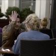 Hipnotizirani fant se na zmenku udari po čelu vsakič, ko mu pogled odtava na drugo dekle