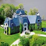 V stilu normandijskega gradu razkošen kanadski dvorec, ki ima kar šest spalnic, je bil kar nekaj časa domovanje Celinine družine, pozneje pa sta ga z možem prodala za kar 30 milijonov ameriških zelencev. (foto: Profimedia)
