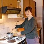 Alenka z družino uporablja  skupni prostor s kuhinjo,  kopalnico in dve spalnici. (foto: Goran Antley)