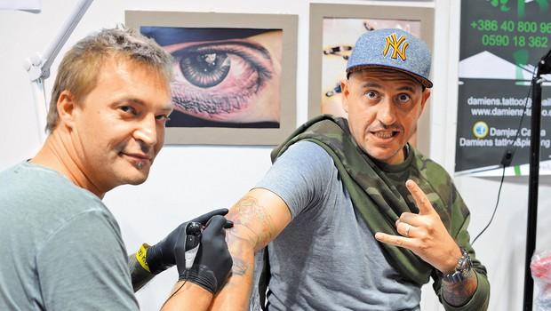 Tetovaža, ki jo je  ustvaril Damjan  Cafuta, je nastajala  dobrih sedem ur. (foto: Marko Pigac)