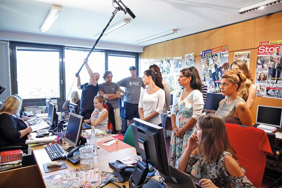 Novino uredništvo je  bilo ta dan napolnjeno  s kamerami. (foto: Helena Kermelj)