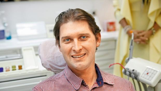 Stanje  njegovih zob v  avgustu, pred  posegom, in  stanje njegovih  zob zdaj. (foto: Helena Kermelj)