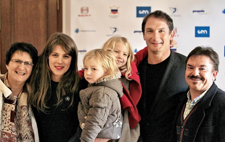 Mitja in Tatjana Butul v družbi vrhunskega športnika Primoža Kozmusa in njegove družine. (foto: osebni arhiv)