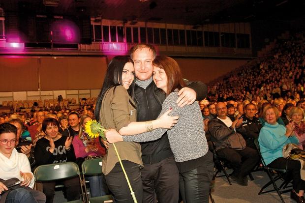 Tomaž, ki si je  koncert ogledal v  družbi žene Marjete  in hčerke Anje, je  bil vidno ganjen. (foto: Goran Antley)