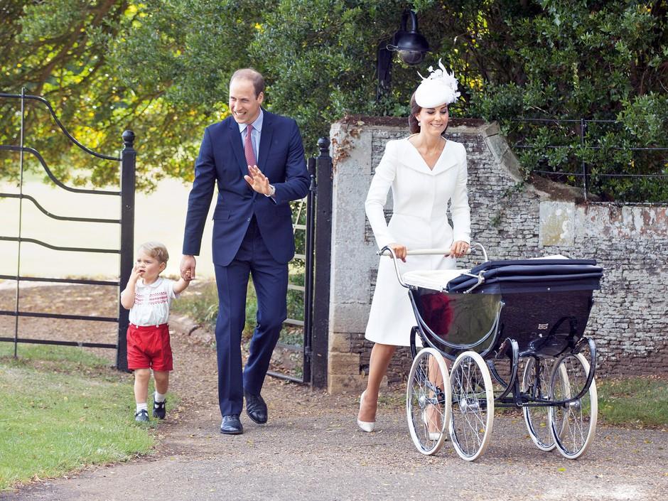 Princ William, vojvodinja Kate in princ George peljejo princesko Charlotte h krstu. (foto: Profimedia)