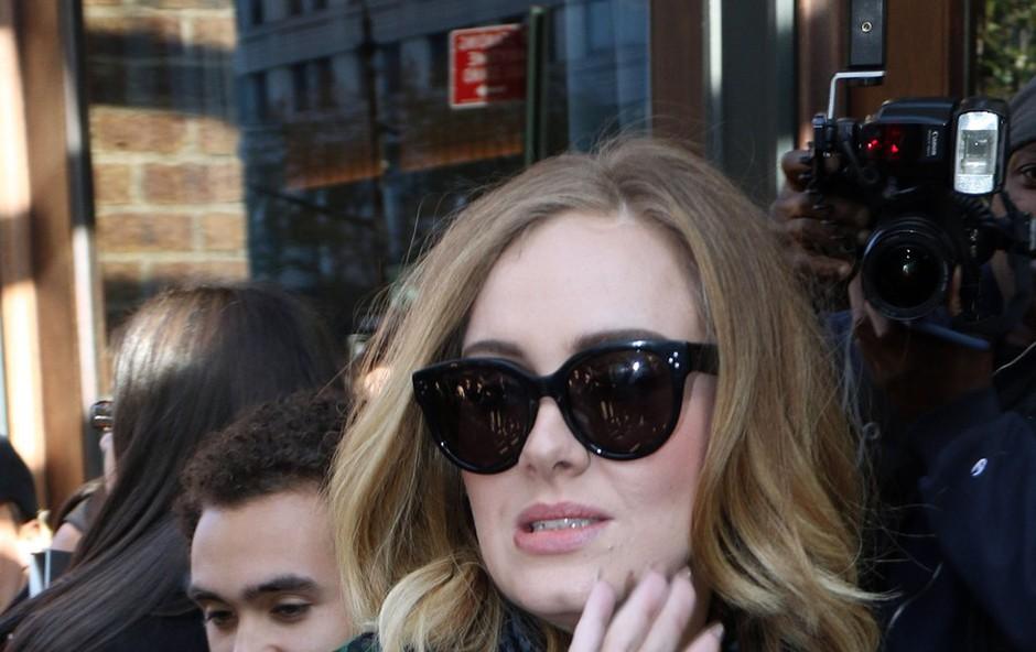Adele je dovolj sive miške, da je varna pred paparaci (foto: Profimedia)