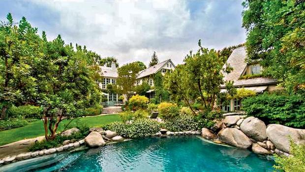 Kot ribnik Pred hišo seveda mora biti tudi bazen, tale deluje kot velik ribnik.  (foto: Lea)