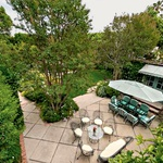 Za druženja Za hišo je velika terasa za večja druženja.  (foto: Lea)