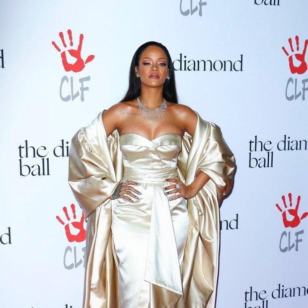 Rihanna osupnila na rdeči preprogi Diamond Balla 2015