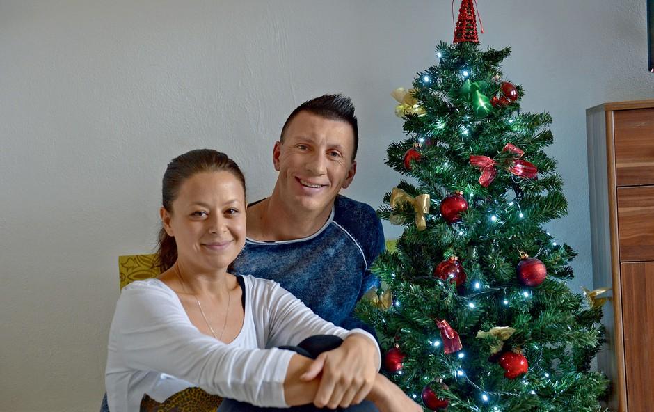 Faki in Maruša ob  svoji božični jelki. (foto: Primož Predalič)