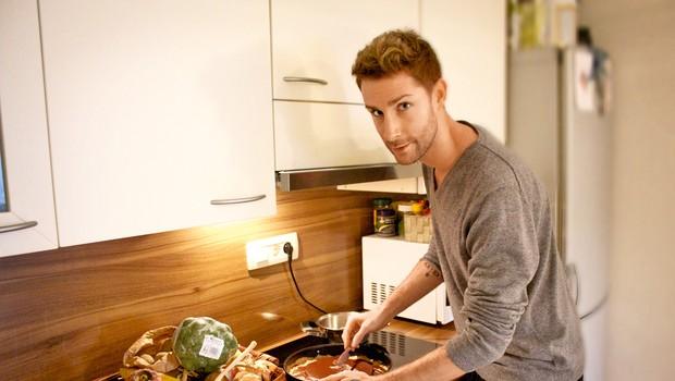 Jakob uživa v dobro pripravljeni hrani, sploh kadar je na njegovem jedilniku kaj novega.  (foto: Lea Press)