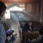 Je šel Jan Plestenjak med duhovnike? Eh, saj gre samo za nov videospot 'Prelepa za poraz'! (foto: Matej Špehar)