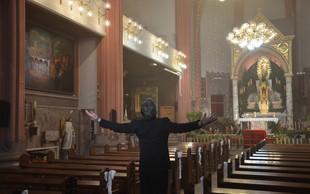 Je šel Jan Plestenjak med duhovnike? Eh, saj gre samo za nov videospot 'Prelepa za poraz'!