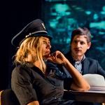 Katarina Čas v predstavi zamenja kar nekaj vlog, ali bo policistka ali medicinska sestra, pa odloča občinstvo v dvorani. (foto: Lea Press)
