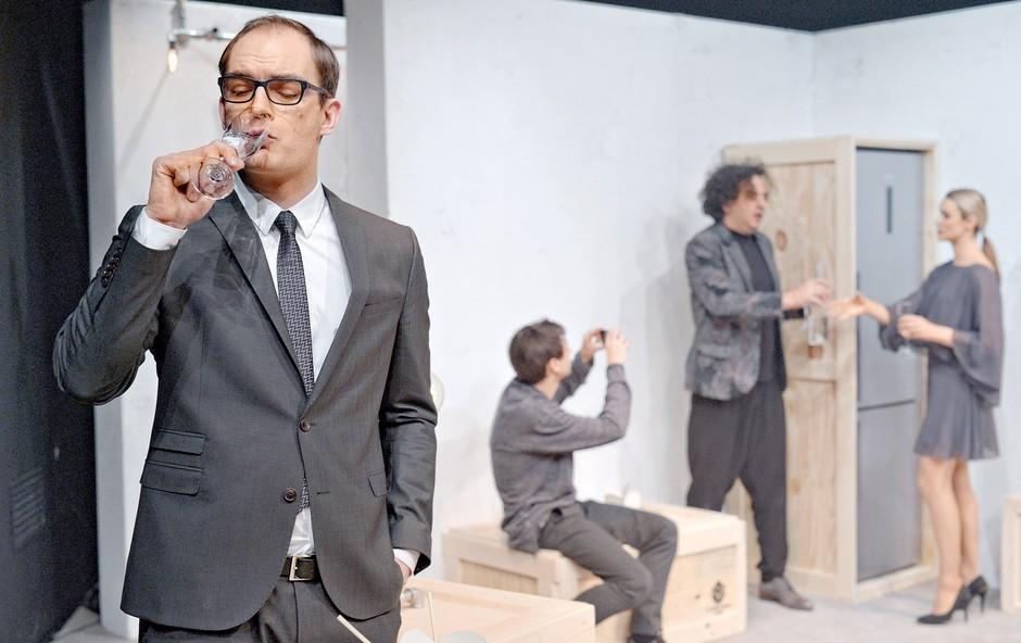 Predstava je črna komedija, ki se posmehuje tistemu delu malomeščanstva, ki živi v izobilju. (foto: Primož Predalič, Peter Uhan)