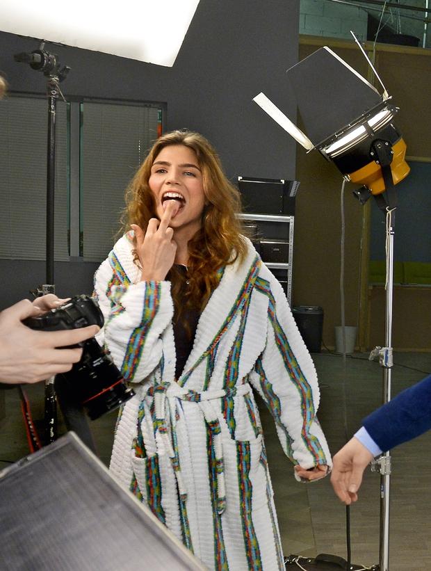 Tokrat je pokazala tudi svojo bolj  nagajivo, nedamsko plat in ekipi  za kamerami pokazala sredinec.  (foto: Primož Predalič)