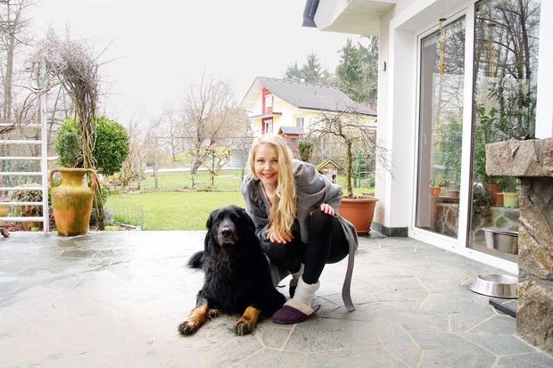 Zdaj ji družbo dela psiček Lar.  (foto: Lea Press)