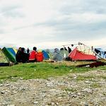Maja Sodja med begunci v Grčiji (foto: Lea Press)