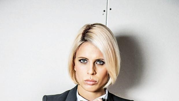 Čeprav je barvo svojih las  že večkrat spremenila,  pri oblačilih ostaja zvesta  črno-beli kombinaciji. (foto: Pro plus)