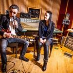 Slovenska pevka Tinkara velja za pravo glasbeno umetnico v svojem poslu. Z veseljem sodeluje z različnimi glasbeniki iz vsega sveta, ki njeni glasbeni kreativnosti dodajo še dodaten neizbrisen sij. Pohvalno. (foto: Lea Press)
