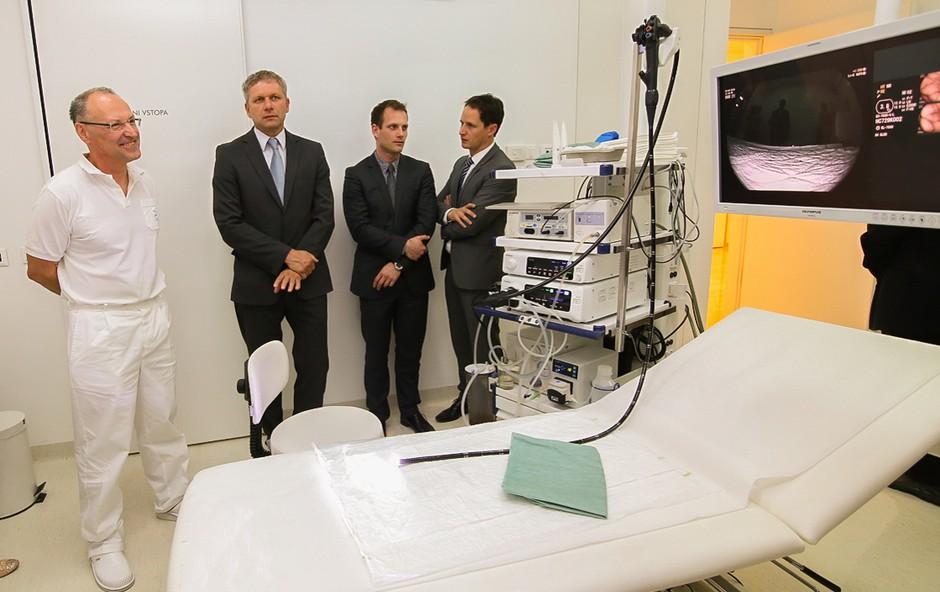 Primarij Milan Stefanovič (levo) in generalni direktor Zvone Novina ob eni najsodobnejših endoskopskih naprav, ki jo imajo v Diagnostičnem centru Bled.  (foto: Barbara Reya)