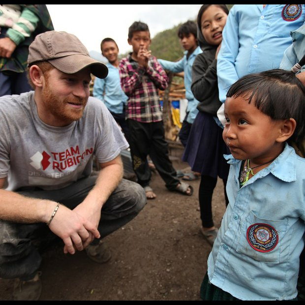 Princ Harry gradi šolo v Nepalu