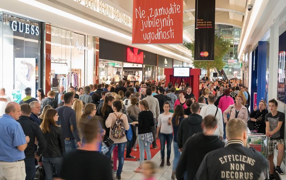 Do polnoči je nakupovalo na tisoče obiskovalcev (foto: Robert Krumpak)