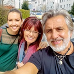 Kaja, Romana in Zvone - Kaja s polnim nahrbtnikom odhaja za novi dve leti na študij v tujino. (foto: Goran Antley, osebni arhiv)