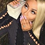 Rob je na svojem profilu na Instagramu objavil fotografijo Blac Chyne s kopico denarja in bleščečim prstanom. (foto: Profimedia)
