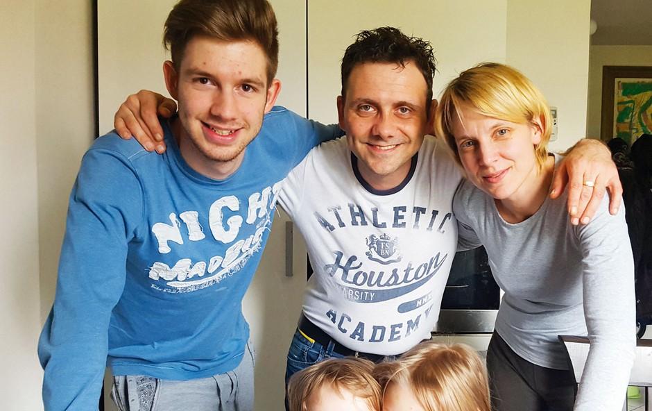 Mišo ima doma veliko družino. Ob partnerici Barbari, s katero sta zaročena, so tukaj še Dominik, Niki in Patrik. (foto: Miro Majcen (Pop TV), osebni arhiv)