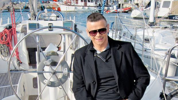Pevec že nestrpno  pričakuje poletne  dni, ko kar veliko  koncertira v Kopru,  Izoli in Piranu. Rad  si vzame daljši ž oddih, ki ga najraje  preživi ob morju. (foto: Alpe)