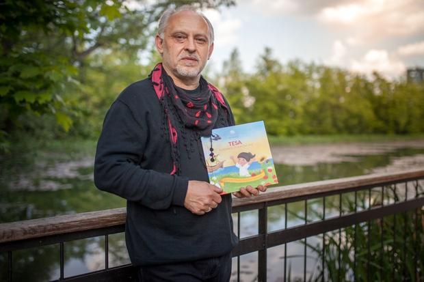 Feri Lainšček s prvo personalizirano pesniško slikanico! (foto: Mali junaki)