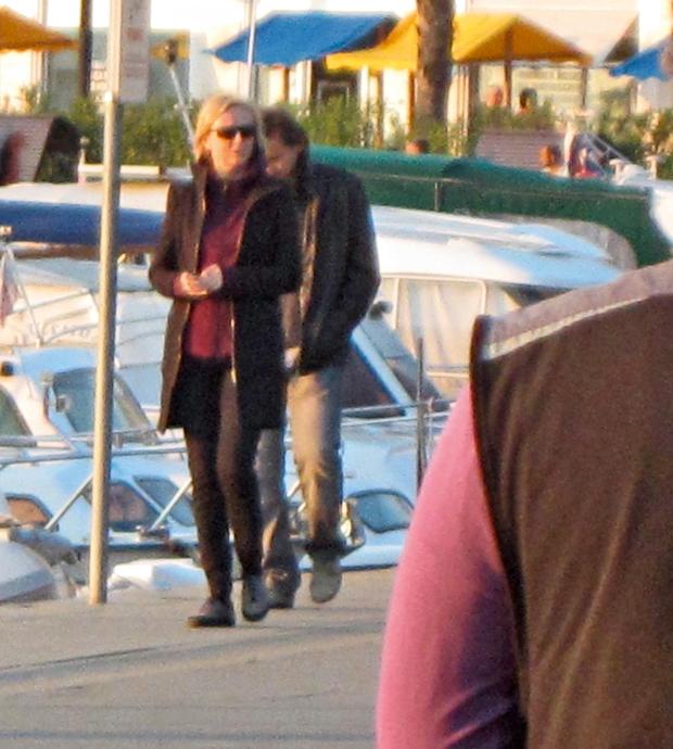 Televizijska voditeljica  si je po vseh  obveznostih vzela čas  ter se v domačem  Kopru prepustila  romantičnemu  sprehajanju ob morju. (foto: N. Divja)