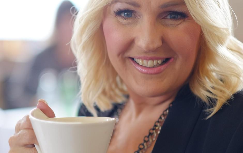 Alenka Godec med pitjem bele kave (foto: Alan Orlič)