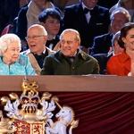 Kraljeva družina uživa v predstavi. (foto: Profimedia)