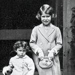 Že kot majhna punčka je imela Elizabeta torbico s svojo začetnico. Na stolčku sedi njena sestra, princesa Margaret. (foto: Profimedia)