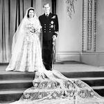 Pisalo se je leto 1947, ko sta si kraljica Elizabeta II. in princ Philip obljubila večno zvestobo. Ob poroki se je Philip odpovedal grškemu in danskemu kraljevemu nazivu, pa tudi grški ortodoksni cerkvi, saj je sprejel anglikansko vero.      (foto: Profimedia)
