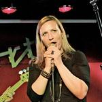 Rokerica Nina na  odru med petjem  kultne pesmi Where  is my mind skupine  Pixies. (foto: Žiga Culiberg, Goran Antley, arhiv Nove)