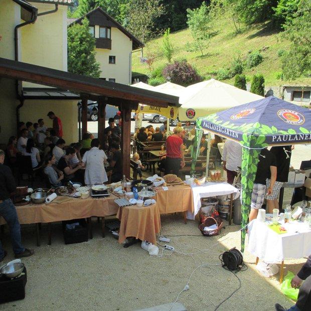 Primož Kozmus odprl družinsko kavarno in športni bar